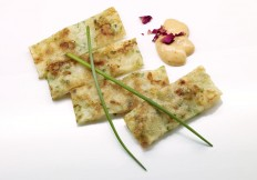 Japanischer Pfannkuchen mit Lauch und Krabben